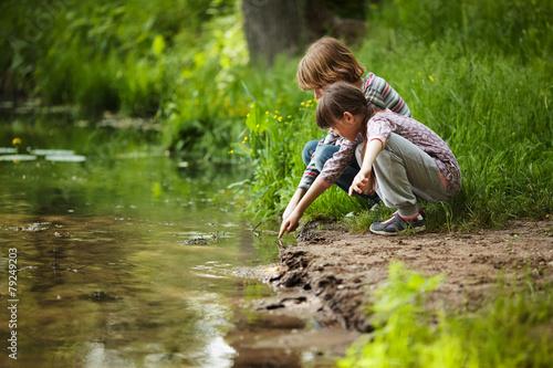 Fotografía  Boy with a girl near the water
