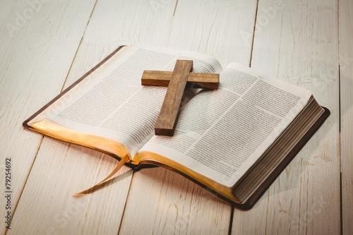 Foto Öffnen Sie Bibel und Holzkreuz