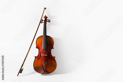 Leinwand Poster Violine und Bogen auf weißem Hintergrund