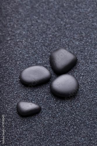czarne-kamienie-w-relaksujacym-zen-ogrodowym-piasku