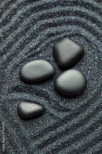 ogrod-zen-z-jedwabnymi-czarnymi-kamieniami-ze-wzorami-fal