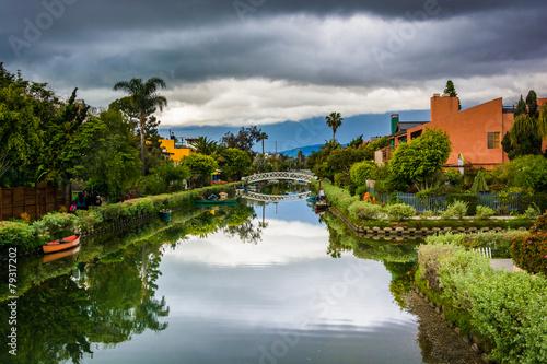Foto auf Gartenposter Stadt am Wasser Houses and bridge along a canal in Venice Beach, Los Angeles, Ca