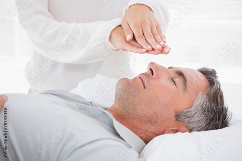 Photo  Therapist working with man