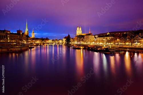 Foto auf Gartenposter Stadt am Wasser Zurich skyline and the Limmat river at night