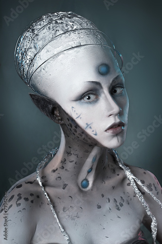 Fotografía  Portrait of a mysterious woman with a fantastic makeup Alien