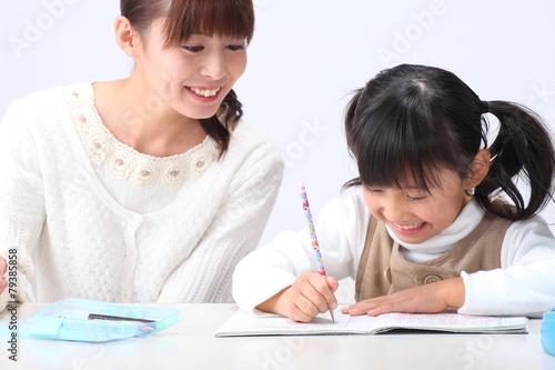 Fotografie, Obraz  勉強する女の子とお母さん