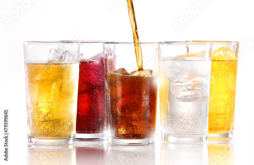 Foto Soft drinks with ice being poured