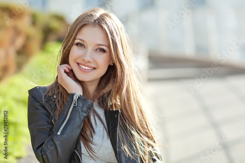 Fotografia  Portrait Of Young Smiling Beautiful Woman