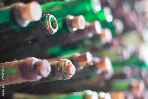 Fotografie, Obraz Hromada velmi starých zaprášených lahví vína.