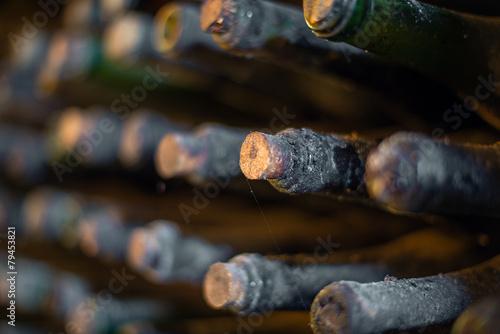 Fototapeta Hromada velmi starých zaprášených lahví vína.