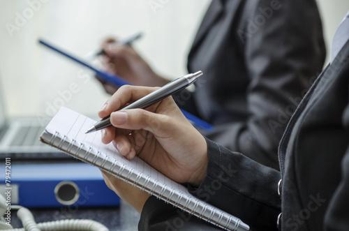 Foto  Nahaufnahme des Schreibens Hände in einer Reihe