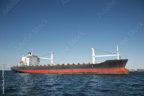 Fotografía  Öl Tanker Schiff am Meer vor blauer Kulisse