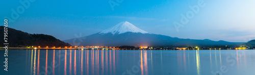 Fotobehang Noord Europa Mt Fuji rises above Lake Kawaguchi