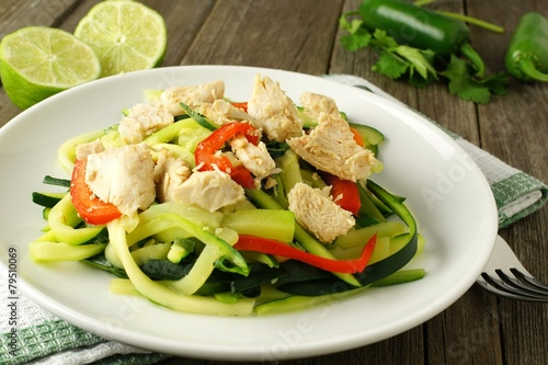 Photo  Healthy zucchini noodle dish with chicken on white plate