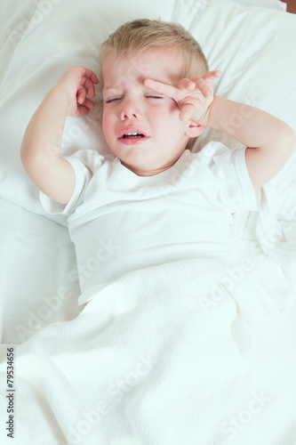 Fotografia  sick toddler boy crying in bed