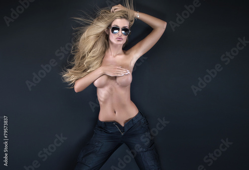 Plakat Topless blondynka kobieta pozowanie.