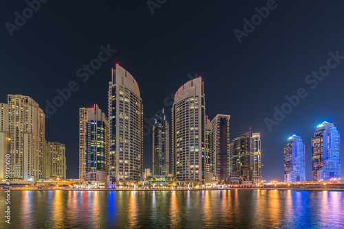 Photo  Dubai marina skyscrapers during night hours