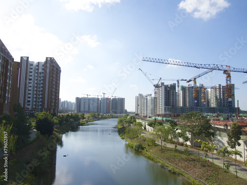 Photo  Modern buildings under construction and cranes under a blue sky