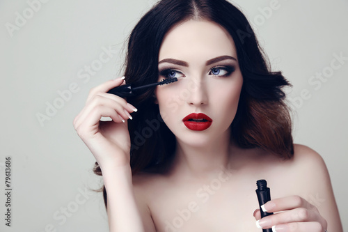 Photo  sexy woman with dark hair and bright makeup with mascara