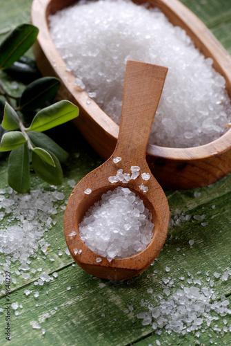 Fotografija  sale grosso marino nel cucchiaio di legno