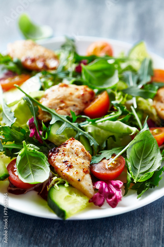 Poster de jardin Vache Chicken salad with leaf vegetables and cherry tomatoes