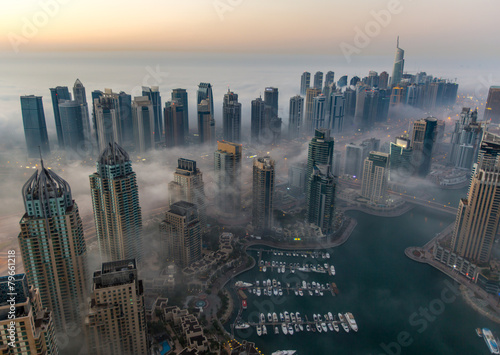 Photo  sunrise aerial view skyscraper foggy weather Dubai Marina