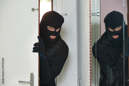 Fotografía  burglar thief at house breaking