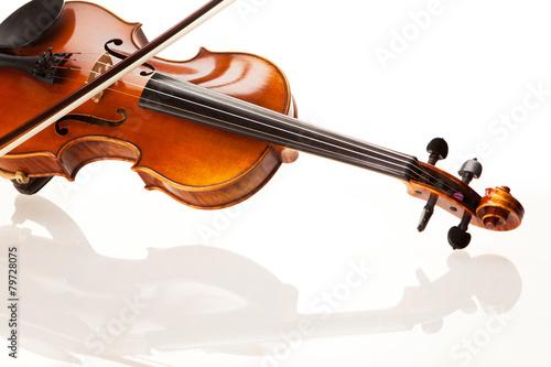 Violine mit Bogen vor weißem Hintergrund Fototapet