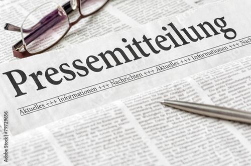 Zeitung mit der Überschrift Pressemitteilung Fototapeta