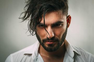 Portret mężczyzny z brodą i mokrą twarzą