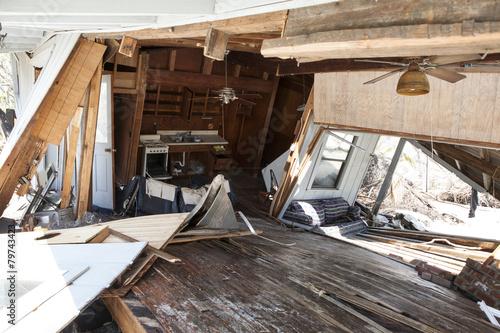 Plakat wnętrze powodzi uszkodzonego domu