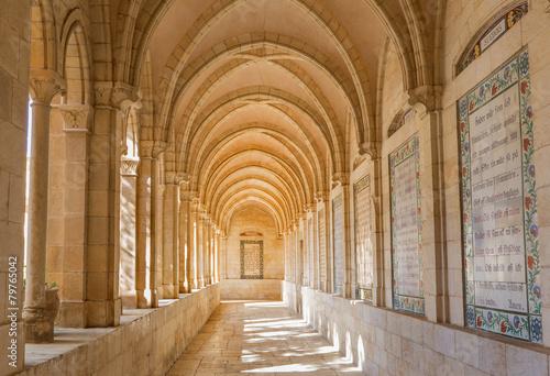 Naklejka premium Jerozolima - korytarz atrium w kościele Pater Noster
