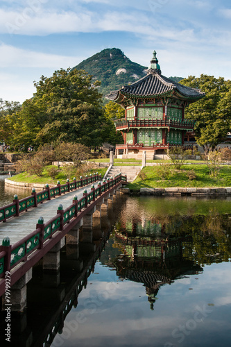 Foto op Canvas Seoel Hyangwonjeong mit Brücke