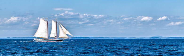 Vintage brod koji plovi na moru panorama