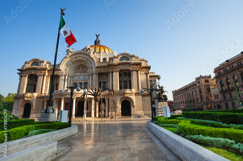 Photo sur Toile Mexique Palace of fine arts facade and Mexican flag