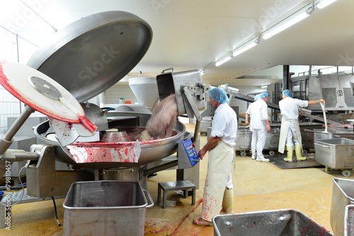 Staande foto Industrial geb. Großfleischerei - Kutter mit Wurstmischung