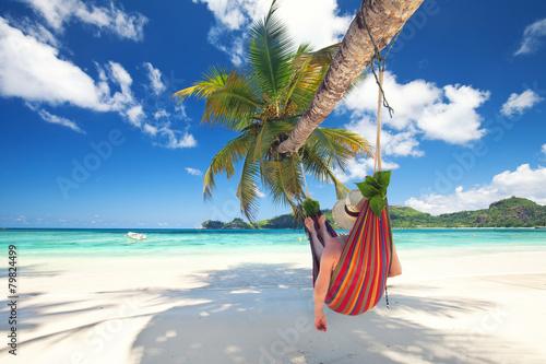 Fotografía  Frau liegt in der Hängematte am Strand