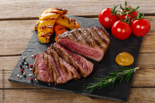 Papiers peints Steakhouse grilled beef steak rare sliced with vegetables