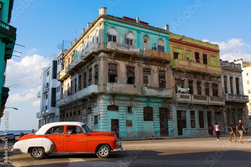 klasyczny-stary-samochod-na-ulicach-hawany-kuba