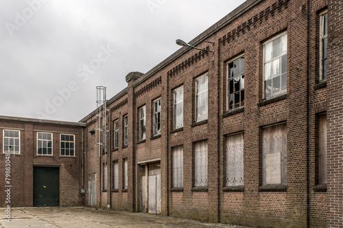 Papiers peints Les vieux bâtiments abandonnés brick facade of an old abandoned factory