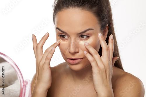 Fotografía  Mujer aplicar diferentes tonos de base de maquillaje líquida en su cara