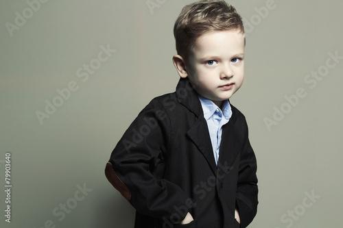 modny-maly-boy-stylish-dziecko-w-garniturze-dzieci