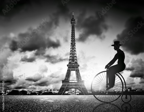 mezczyzna-na-rowerze-retro-obok-e