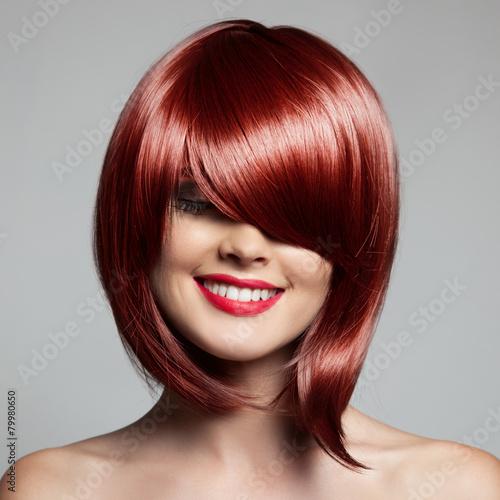 Fotografie, Obraz  Usmívající se krásná žena s červenými Krátké vlasy. Střih. Účes.