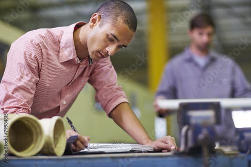 Mann in der Werkstatt