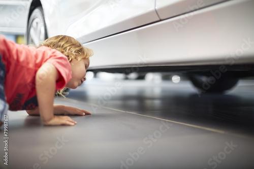 Junge beim Autohändler prüft Auto