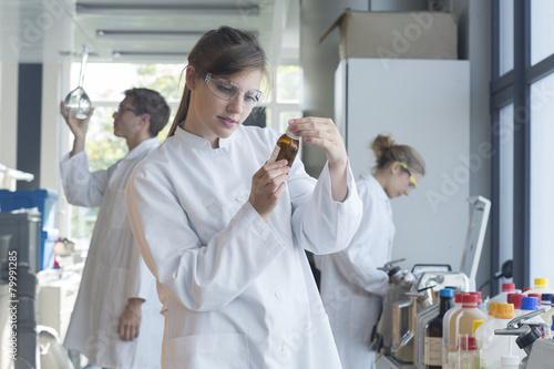 Drei Chemiker in einem chemischen Labor