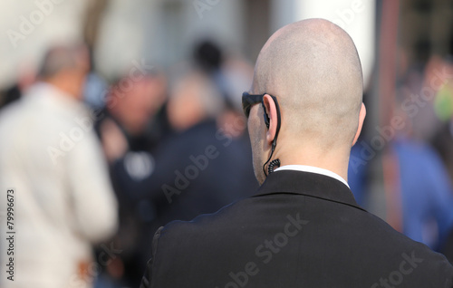 Fotografia robust security guard with the headset and black glasses