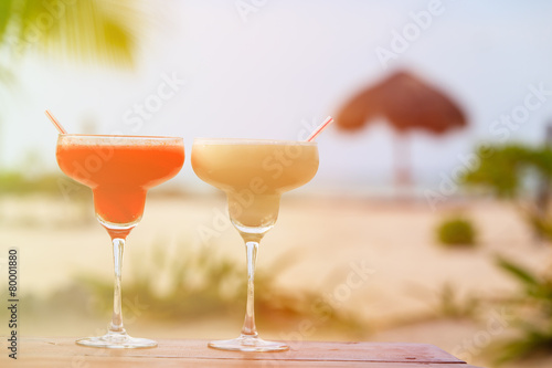 Fotografía  Two cocktails on tropical sand beach