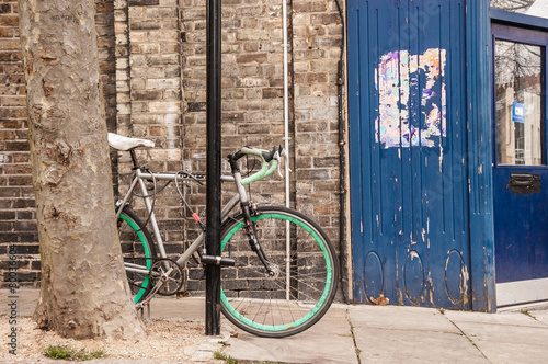 Aluminium Prints Bicycle Cool single gear road bycicle locked to a street lamp
